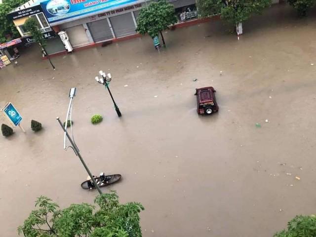 Thái Nguyên mưa lớn, đường biến thành sông, nhà cửa ô tô chìm trong nước - Ảnh 5.