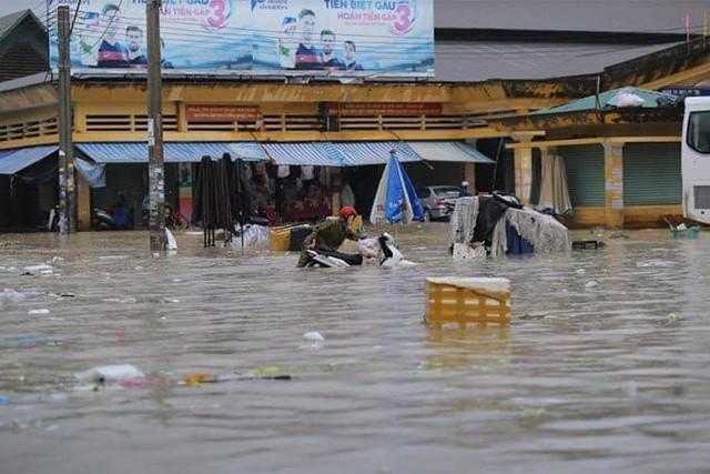 Thái Nguyên mưa lớn, đường biến thành sông, nhà cửa ô tô chìm trong nước - Ảnh 6.