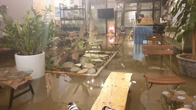 Thái Nguyên mưa lớn, đường biến thành sông, nhà cửa ô tô chìm trong nước - Ảnh 8.