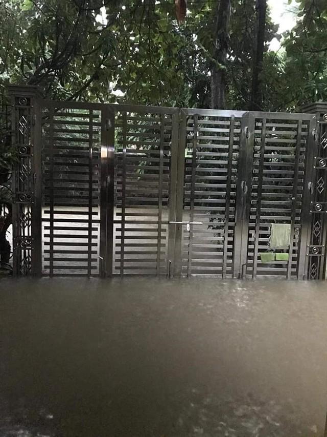 Thái Nguyên mưa lớn, đường biến thành sông, nhà cửa ô tô chìm trong nước - Ảnh 9.