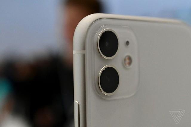 Cận cảnh iPhone 11: Chiếc iPhone flagship giá rẻ nhất của Apple - Ảnh 1.
