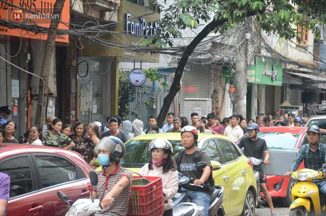 Ảnh, clip: Người dân Hà Nội đội mưa, xếp hàng dài cả tuyến phố để chờ mua bánh Trung thu Bảo Phương - Ảnh 13.