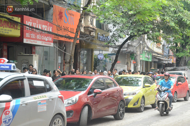 Ảnh, clip: Người dân Hà Nội đội mưa, xếp hàng dài cả tuyến phố để chờ mua bánh Trung thu Bảo Phương - Ảnh 14.