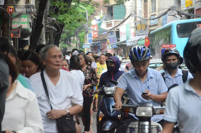 Ảnh, clip: Người dân Hà Nội đội mưa, xếp hàng dài cả tuyến phố để chờ mua bánh Trung thu Bảo Phương - Ảnh 16.