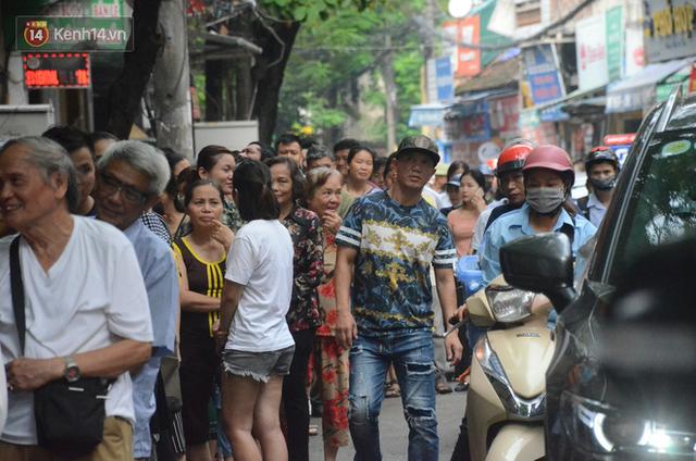 Ảnh, clip: Người dân Hà Nội đội mưa, xếp hàng dài cả tuyến phố để chờ mua bánh Trung thu Bảo Phương - Ảnh 17.
