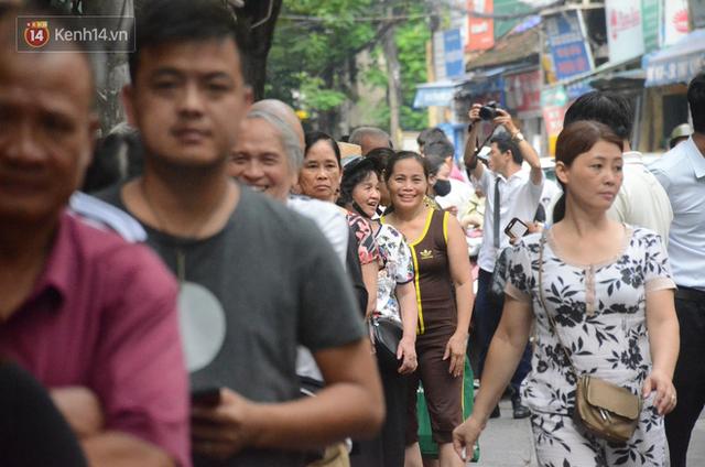 Ảnh, clip: Người dân Hà Nội đội mưa, xếp hàng dài cả tuyến phố để chờ mua bánh Trung thu Bảo Phương - Ảnh 4.