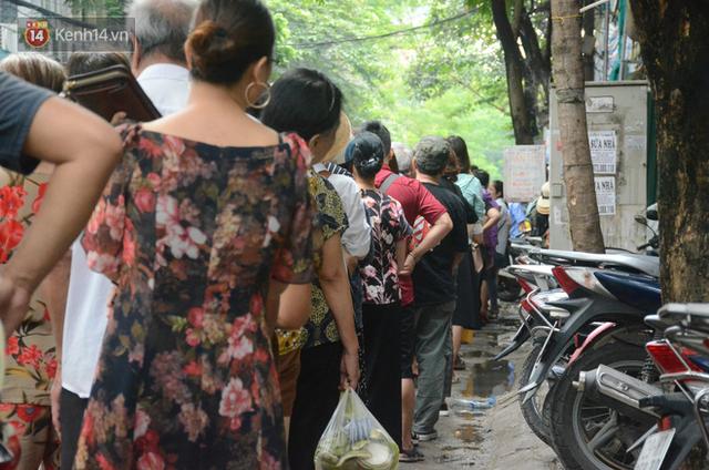 Ảnh, clip: Người dân Hà Nội đội mưa, xếp hàng dài cả tuyến phố để chờ mua bánh Trung thu Bảo Phương - Ảnh 5.