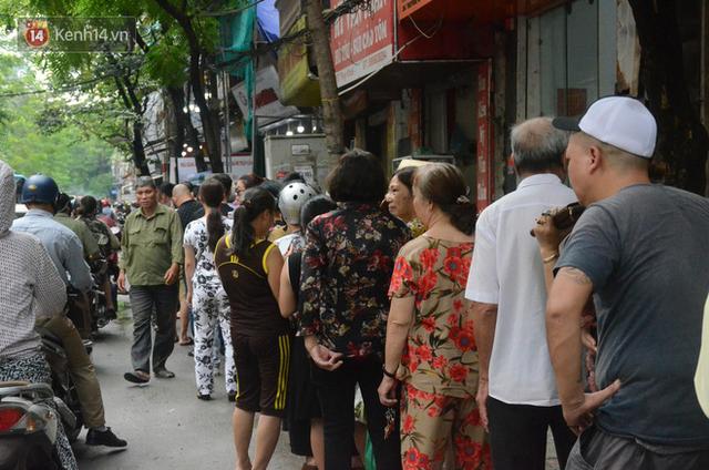 Ảnh, clip: Người dân Hà Nội đội mưa, xếp hàng dài cả tuyến phố để chờ mua bánh Trung thu Bảo Phương - Ảnh 6.