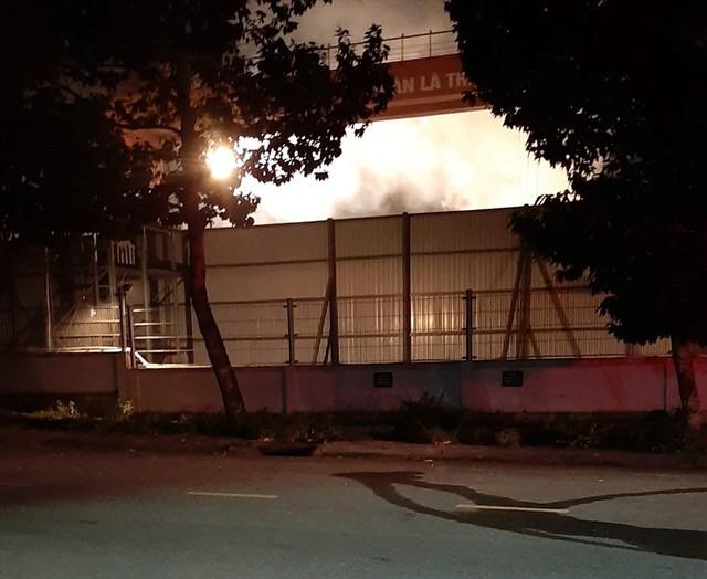 Cháy suốt nhiều giờ trong công ty thép ở Bình Dương - Ảnh 3.