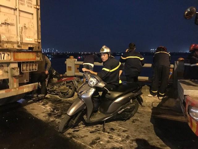 Hiện trường vụ tai nạn xe container tông hàng loạt xe máy, 1 người bay xuống sông Hồng - Ảnh 1.