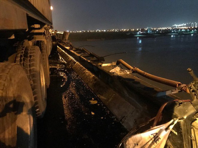 Hiện trường vụ tai nạn xe container tông hàng loạt xe máy, 1 người bay xuống sông Hồng - Ảnh 3.
