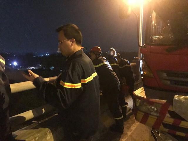 Hiện trường vụ tai nạn xe container tông hàng loạt xe máy, 1 người bay xuống sông Hồng - Ảnh 4.