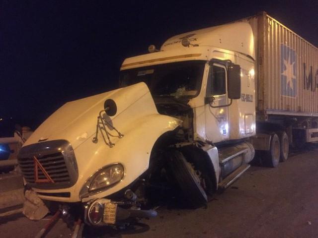 Hiện trường vụ tai nạn xe container tông hàng loạt xe máy, 1 người bay xuống sông Hồng - Ảnh 6.