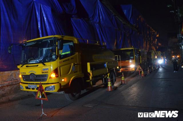 Ảnh: 30 công nhân hút bùn xuyên đêm cạnh nhà máy Rạng Đông - Ảnh 1.
