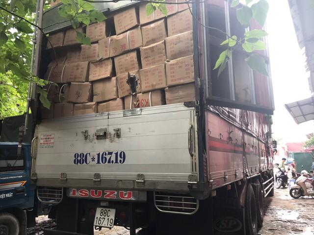 Bắt giữ hơn 50 tấn hàng hóa không rõ nguồn gốc từ Lào Cai về Hà Nội - Ảnh 1.