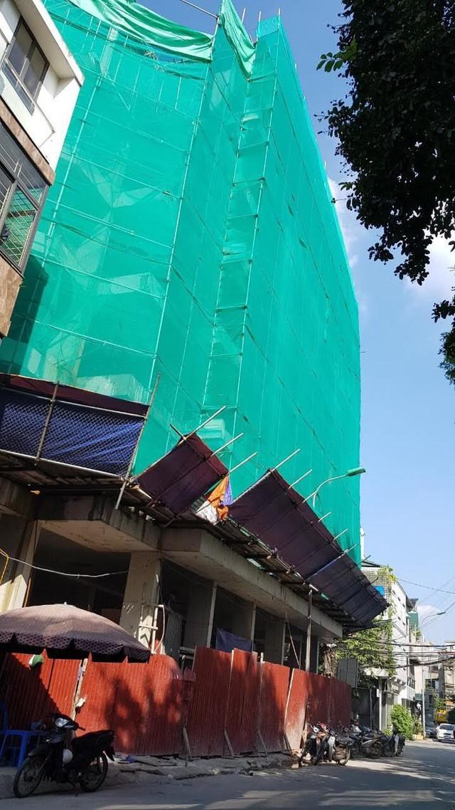 Cao ốc 'làm xiếc' trên đất trung tâm Hà Nội tiếp tục nhận 'trát' phạt - Ảnh 1.