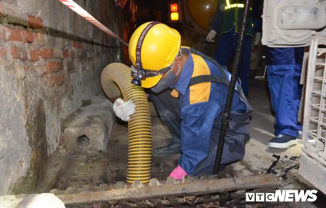 Ảnh: 30 công nhân hút bùn xuyên đêm cạnh nhà máy Rạng Đông - Ảnh 4.