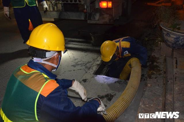 Ảnh: 30 công nhân hút bùn xuyên đêm cạnh nhà máy Rạng Đông - Ảnh 7.