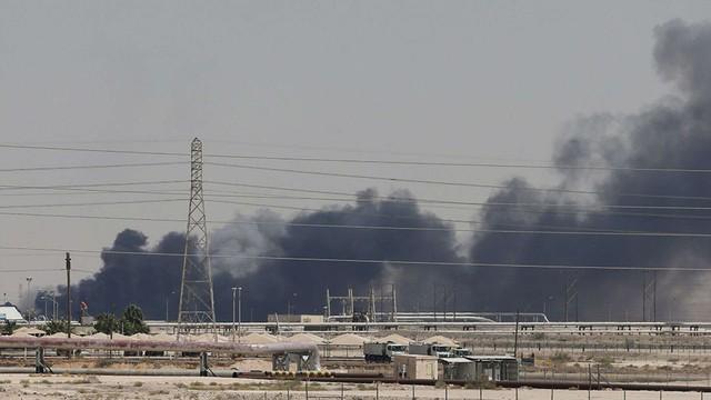 Giá dầu nhảy vọt gần 20% sau vụ tấn công mỏ dầu Saudi Arabia - Ảnh 1.