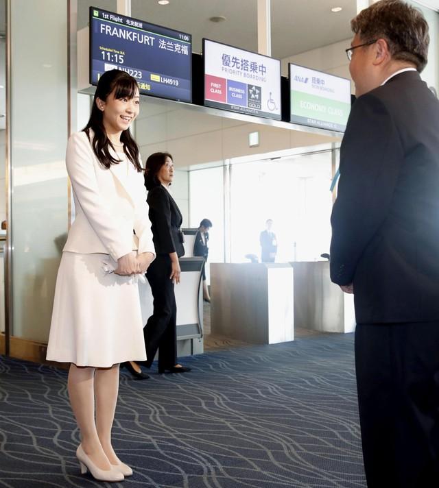 Công chúa xinh đẹp nhất Nhật Bản tỏa sáng tại sân bay với phong thái chuẩn mực, bắt đầu chuyến công du nước ngoài đầu tiên - Ảnh 2.