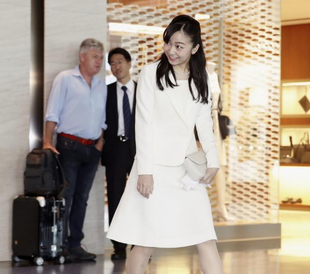 Công chúa xinh đẹp nhất Nhật Bản tỏa sáng tại sân bay với phong thái chuẩn mực, bắt đầu chuyến công du nước ngoài đầu tiên - Ảnh 3.