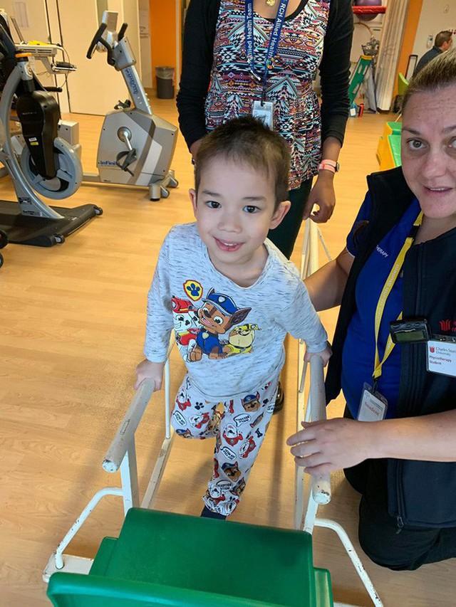Bé trai 4 tuổi phải nằm viện 6 tháng vì bị nhiễm trùng máu và mắc bệnh do vi khuẩn ăn thịt, triệu chứng ban đầu chỉ là đau chân - Ảnh 10.