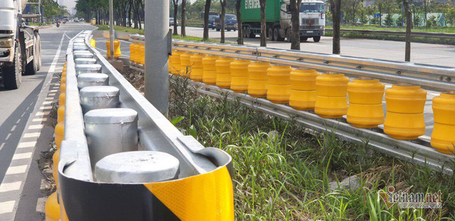Dàn hộ lan bánh xoay vàng rực chống lật xe đầu tiên ở Sài Gòn - Ảnh 2.