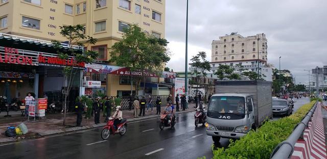 Rất đông cảnh sát vây trụ sở địa ốc Alibaba - Ảnh 1.