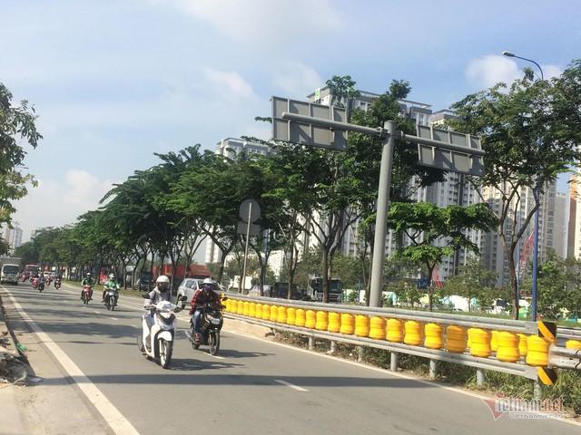 Dàn hộ lan bánh xoay vàng rực chống lật xe đầu tiên ở Sài Gòn - Ảnh 12.