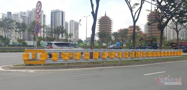 Dàn hộ lan bánh xoay vàng rực chống lật xe đầu tiên ở Sài Gòn - Ảnh 4.