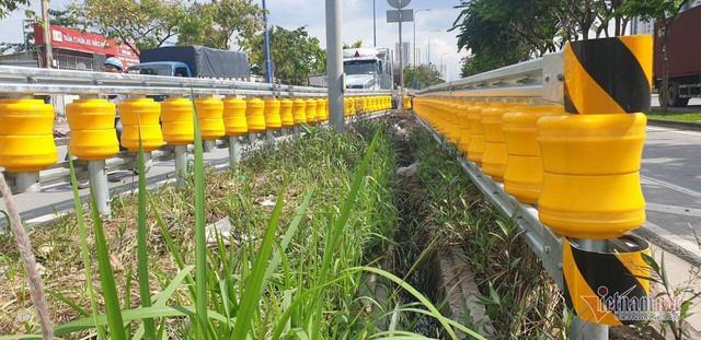 Dàn hộ lan bánh xoay vàng rực chống lật xe đầu tiên ở Sài Gòn - Ảnh 5.