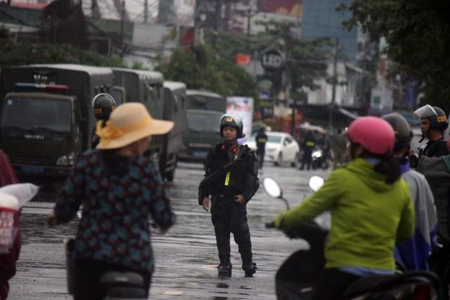 [ẢNH] Hàng chục xe chuyên dụng, hơn 100 cảnh sát bao vây trụ sở Công ty Địa ốc Alibaba - Ảnh 4.