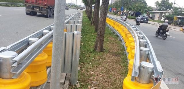 Dàn hộ lan bánh xoay vàng rực chống lật xe đầu tiên ở Sài Gòn - Ảnh 6.