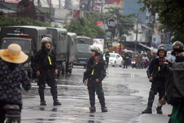 [ẢNH] Hàng chục xe chuyên dụng, hơn 100 cảnh sát bao vây trụ sở Công ty Địa ốc Alibaba - Ảnh 5.