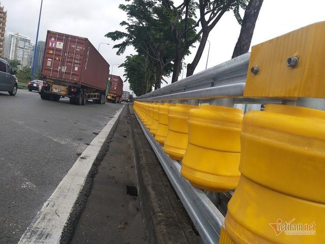 Dàn hộ lan bánh xoay vàng rực chống lật xe đầu tiên ở Sài Gòn - Ảnh 7.