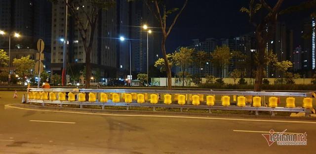 Dàn hộ lan bánh xoay vàng rực chống lật xe đầu tiên ở Sài Gòn - Ảnh 10.