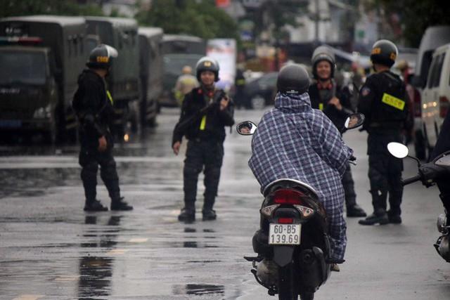 [ẢNH] Hàng chục xe chuyên dụng, hơn 100 cảnh sát bao vây trụ sở Công ty Địa ốc Alibaba - Ảnh 9.