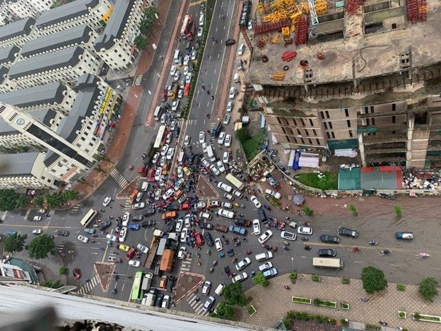 Hà Nội mưa lớn ngập sâu, người dân bơi đi làm giữa dòng xe tắc nghẽn - Ảnh 5.