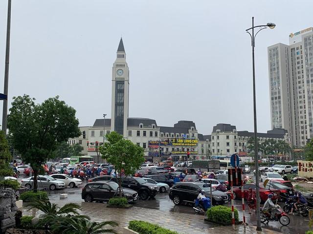Hà Nội mưa lớn ngập sâu, người dân bơi đi làm giữa dòng xe tắc nghẽn - Ảnh 6.