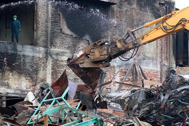 Huy động máy cắt, máy xúc dọn núi phế liệu ở kho xưởng Rạng Đông - Ảnh 5.