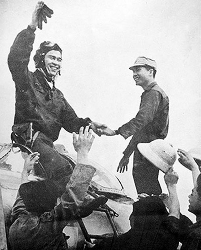 Huyền thoại phi công Nguyễn Văn Bảy qua lời kể của cựu phi công Mỹ - Ảnh 1.