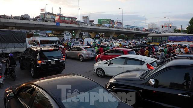 Cuối tuần đường phố Hà Nội vẫn tắc cứng - Ảnh 1.