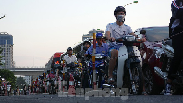 Cuối tuần đường phố Hà Nội vẫn tắc cứng - Ảnh 12.