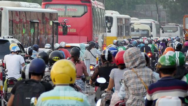 Cuối tuần đường phố Hà Nội vẫn tắc cứng - Ảnh 13.