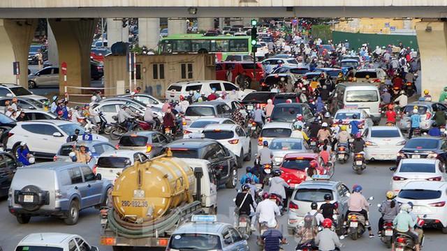 Cuối tuần đường phố Hà Nội vẫn tắc cứng - Ảnh 3.
