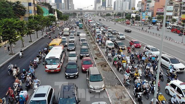 Cuối tuần đường phố Hà Nội vẫn tắc cứng - Ảnh 5.