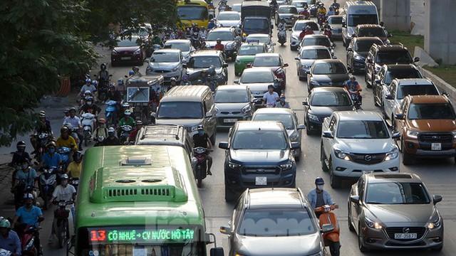 Cuối tuần đường phố Hà Nội vẫn tắc cứng - Ảnh 6.