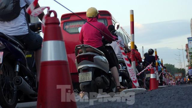 Cuối tuần đường phố Hà Nội vẫn tắc cứng - Ảnh 7.