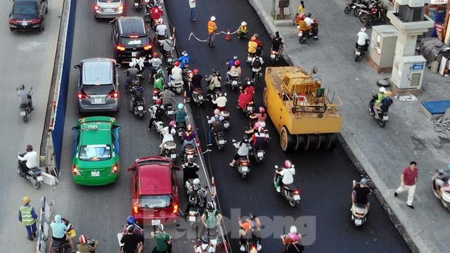 Cuối tuần đường phố Hà Nội vẫn tắc cứng - Ảnh 9.