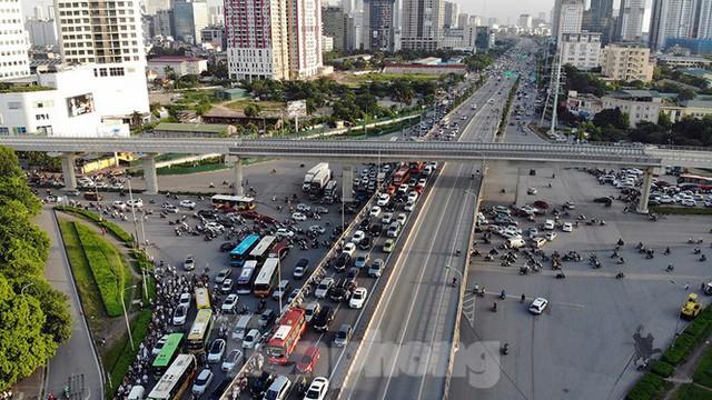 Cuối tuần đường phố Hà Nội vẫn tắc cứng - Ảnh 10.